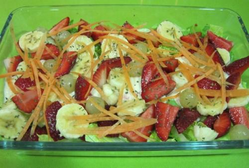 Ensalada de fruta y cangrejo